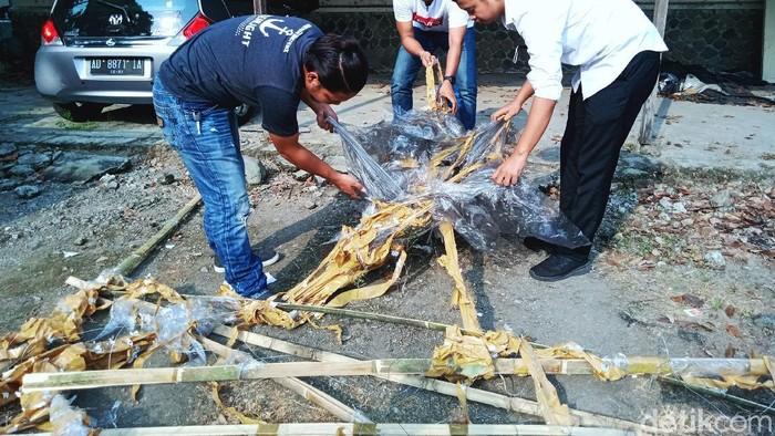 Sebuah balon udara yang membawa petasan meledak dan jatuh di permukiman padat penduduk Dusun Krapyak, Desa Sabrang, Kecamatan Delanggu, Klaten, Jawa Tengah. Satu rumah warga rusak akibat ledakan petasan yang dibawa balon.