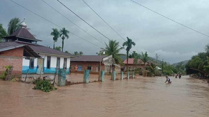 Banjir bandang melanda dua nagari di Sumbar. Akibatnya ratusan rumah terendam hingga jembatan putus (dok Istimewa)