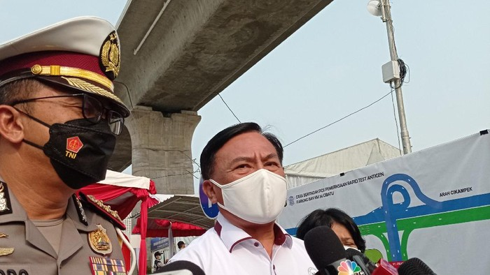 Ketua Harian Kompolnas Benny Mamoto (kemeja putih) di pos pemeriksaan surat bebas COVID-19 Tol Jakarta-Cikampek.