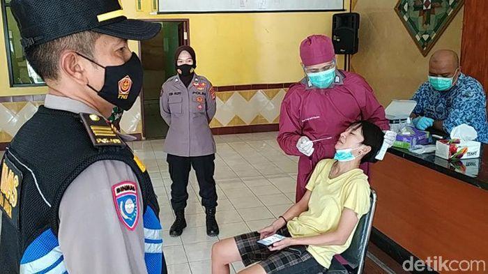 Sejumlah pemudik yang berhasil masuk ke kawasan Ciamis jalani swab tes antigen. Swab tes antigen itu disediakan gratis sebagai upaya pencegahan virus Corona.