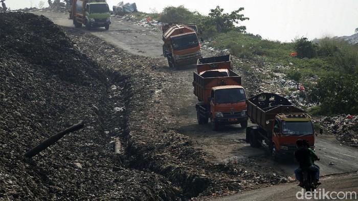 Puluhan truk sampah antre di TPST Bantargebang, Kota Bekasi. Pada hari pertama Lebaran tercatat ada 2.142 ton sampah yang dikirim warga Jakarta ke Bantargebang.