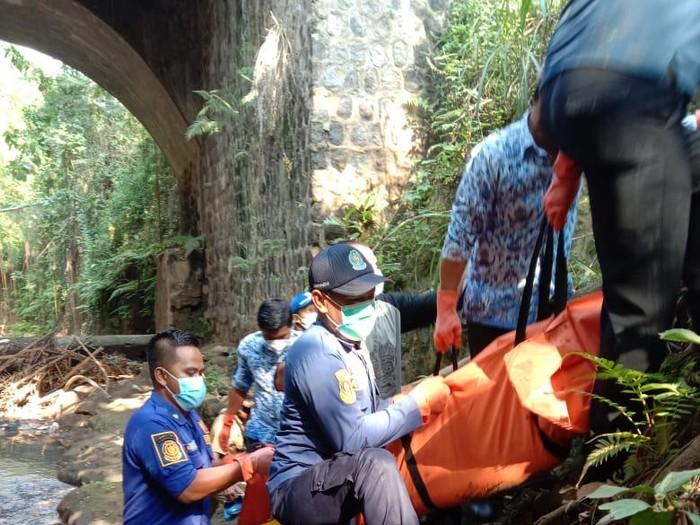 Evakuasi mayat Ridwan (19) di Desa Tugu, Jumantono, Karanganyar, Senin (17/5/2021).