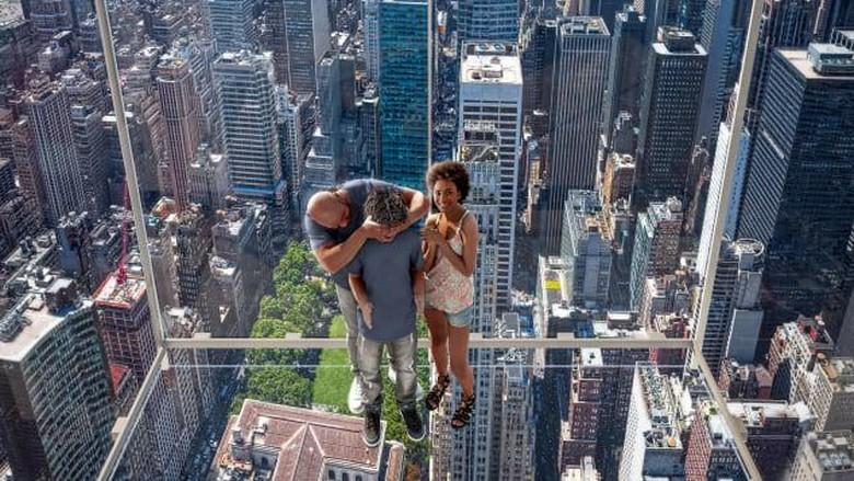 Gimana Rasanya Naik Lift Serba Kaca di Atas Ketinggian 369 Meter