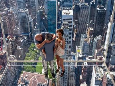 Gimana Rasanya Naik Lift Serba Kaca di Atas Ketinggian 369 Meter?