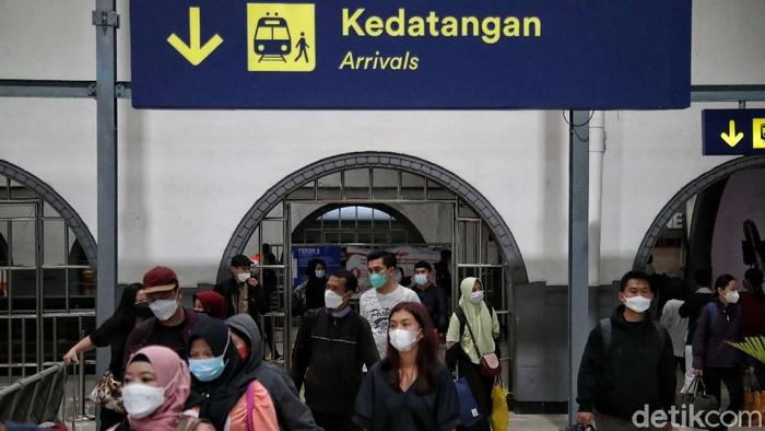 Sejumlah pemudik kembali ke perantauan usai berlebaran bersama keluarga di kampung halaman. Arus balik mudik itu terlihat di dua stasiun kereta di Jakarta.