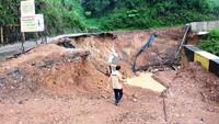 Tanah Longsor Putuskan Jalan Nasional di Takengon Aceh Tengah