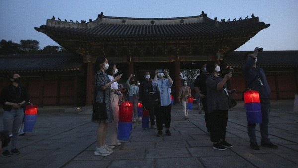Wisatawan yang datang dapat berkeliling melihat lebih dekat seperti apa bangunan istana Korea yang cantik ini. Changdeokgung dibuka setiap hari kecuali Senin, mulai pukul 09.00 sampai 18.00 waktu setempat.