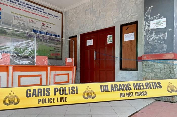 Kantor Disdukcapil Kota Sorong, Provinsi Papua Barat, dipasang garis polisi, Senin (17/5), usai terjadi pencurian 5 unit komputer. (Foto Antara Papua Barat/ Ernes Broning Kakisina)