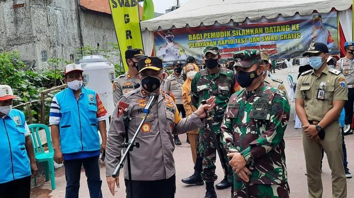 Kapolda Metro Jaya Irjen Fadil Imran di posko swab antigen di Kampung Tangguh Sawah Besar
