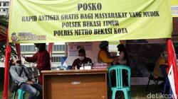 Para pemudik yang baru kembali dari kampung halaman dites antigen. Tes antige dilakukan di Pos Penyekatan Arus Balik, Kalimalang, Bekasi Timur.
