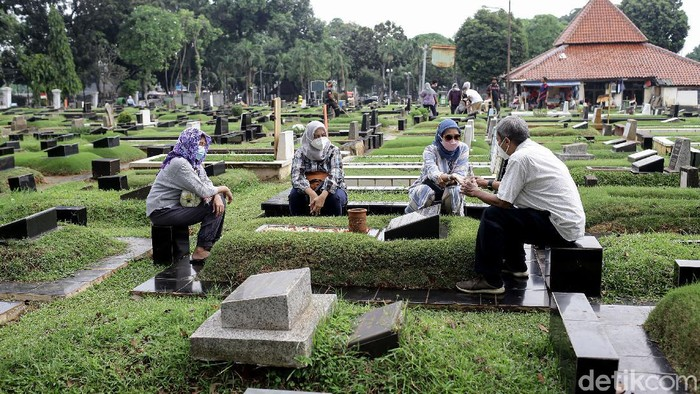 TPU Tanah Kusir kembali dibuka untuk umum usai Lebaran. Tak sedikit warga yang datang ke sana untuk berziarah ke makam anggota keluarga mereka.