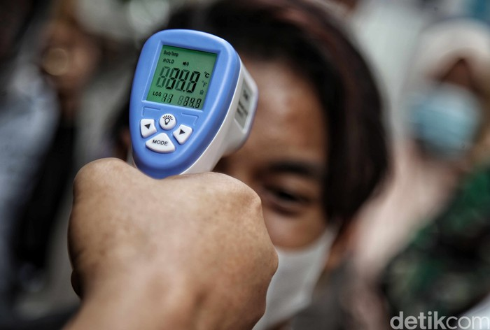 Sejumlah pemudik yang tiba di kawasan Sunter, Jakarta Utara, didata petugas. Pendataan itu dilakukan sebagai upaya pencegahan penyebaran virus Corona.