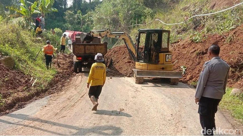 Tebing Longsor, Akses Cianjur-Sindangbarang Lumpuh