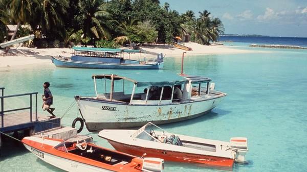 Saat ini, Maldives menjadi salah satu destinasi turis yang ingin mengisolasi diri dari COVID-19. Para aktivis lokal berharap, para turis dapat berwisata sambil menjaga ekosistem laut di sana karena Maldives tengah berjuang menghadapi perubahan iklim dan pencemaran laut. Foto: Kurumba Maldives/CNN