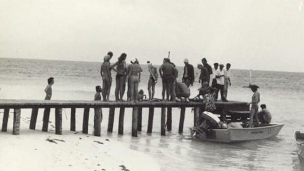MU bercerita dahulu turis masih kesulitan jika ingin berlibur di Maldives. Dermaga pun tak ada di sana, sehingga seringkali orang harus menerjang air laut setinggi pinggang dari kapal menuju pantai. Foto: Kurumba Maldives/CNN