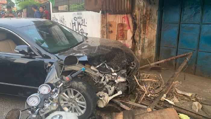 Mobil Sedan Tabrak Motor dan Warung di Bekasi, 8 Orang Jadi Korban