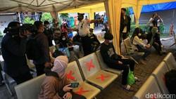 Sejumlah pemudik tiba di Terminal Kalideres, Jakarta Barat, Senin (17/5/2021). Mereka yang tiba langsung dites swab antigen.