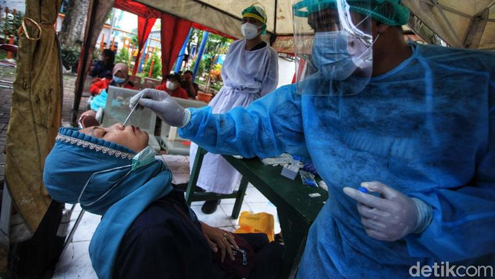 Sejumlah pemudik tiba di Terminal Kalideres, Jakarta Barat, Senin (17/5/2021). Mereka langsung dites swab antigen.