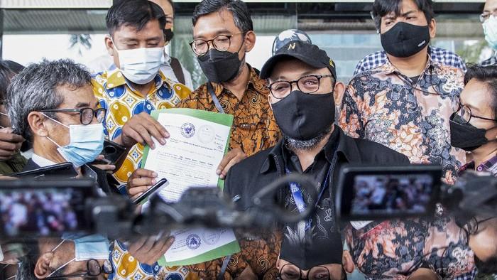 Novel Baswedan dan 74 pegawai KPK yang dinonaktifkan laporkan anggota Dewas KPK Prof Indriyanto Seno Adji (ISA). Dia dilaporkan karena diduga melanggar etik.