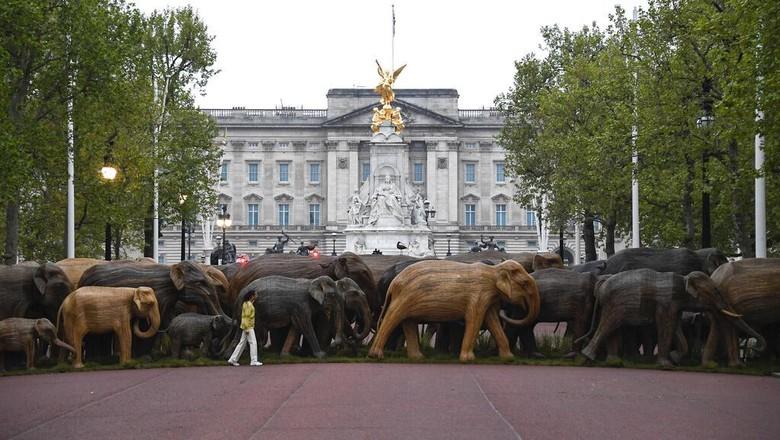Patung gajah di depan Istana Buckingham  15 Mei 2021.  2021. (AP Photo/Alberto Pezzali)