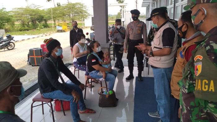 Pekerja Migran Indonesia (PMI) asal Lamongan yang sudah pulang dan sudah menjalani isolasi di Rusunawa Lamongan. Dari 190 PMI ini masih tersisa 23 PMI yang sudah menjalani isolasi di Rusunawa Lamongan.