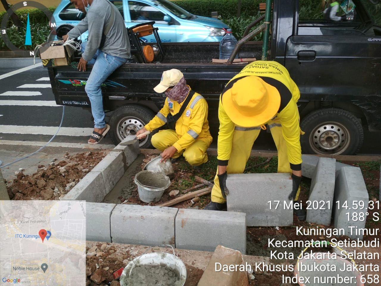 Pemasangan kanstin untuk menghalangi pemotor bandel menerobos trotoar dan taman area median Jl Prof Dr Satrio, Jaksel. 17 Mei 2021. (Dok Dinas Bina Marga DKI)