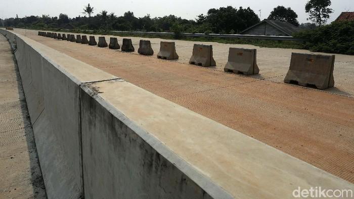 Pembangunan proyek tol Cimanggis-Cibitung di Desa Burangkeng Kecamatan Setu Kabupaten Bekasi, Jawa Barat, terhenti. Persoalan tanah jadi kendala proyek ini.