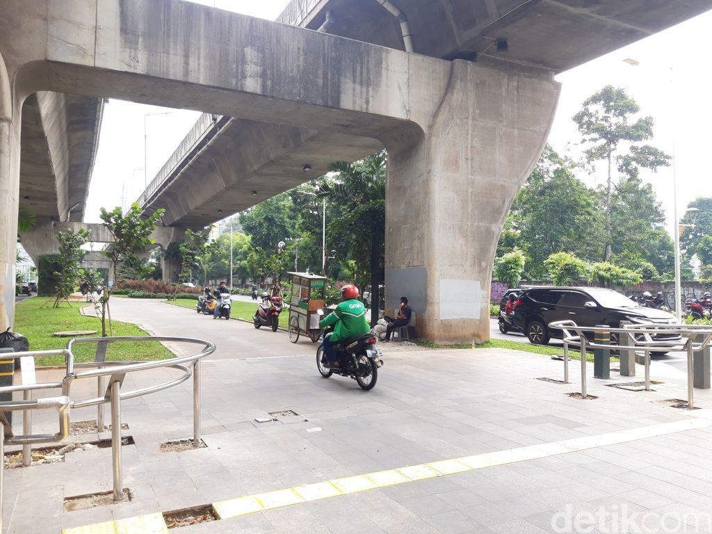 Pemotor menerobos trotoar median Jl Prof Dr Satrio, Kuningan, Jaksel. (Rakha Ariyanto Darmawan/detikcom)