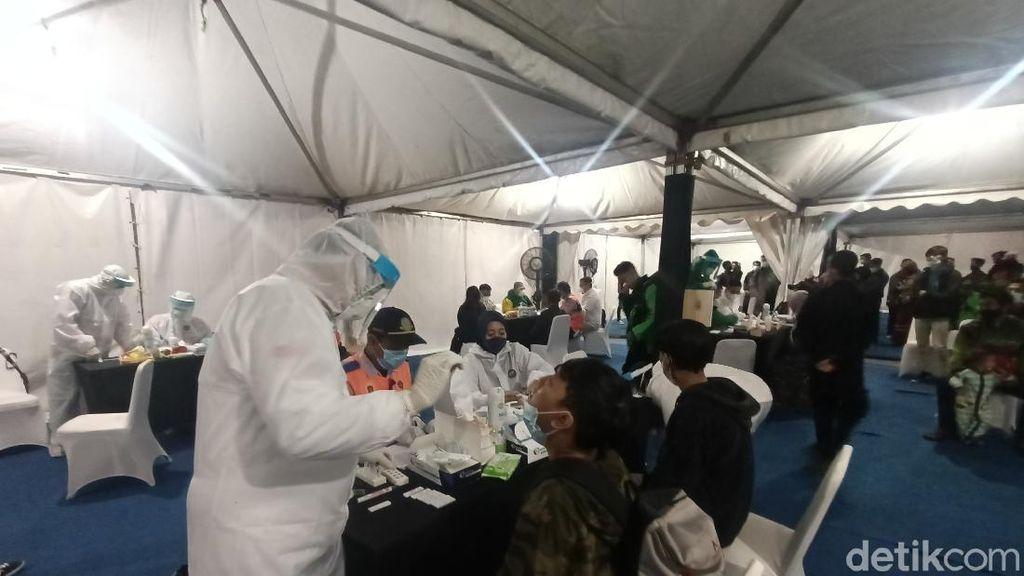 Arus Balik, Ratusan Pemudik Jalani Tes Swab Antigen di Pos Balonggandu