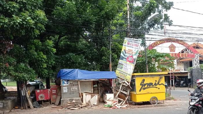 Penampakan warung yang ditabrak mobil Toyota Camry di Pondok Gede, Bekasi