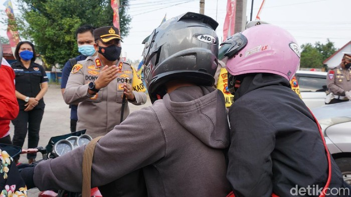 Petugas gabungan menghalau puluhan kendaraan pemudik yang akan kembali ke Mojokerto, Sidoarjo, Surabaya dan Malang. Penyekatan arus balik Lebaran kali ini diwarnai tingkah konyol sejumlah pemudik.