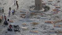 Foto: Tumpukan Jenazah COVID-19 di Sungai Gangga yang Hebohkan Warga India