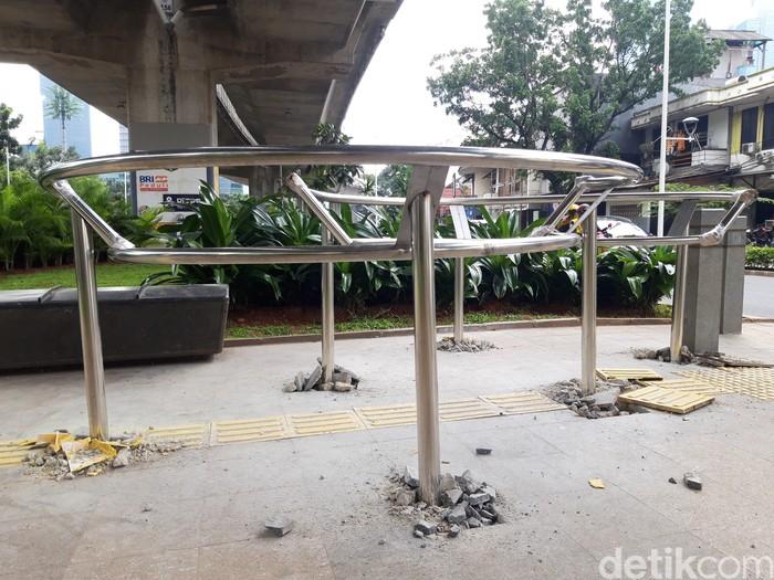 Portal S terpasang 12 unit di sepanjang trotoar median Jl Prof Dr Satrio. (Rakha Ariyanto Darmawan/detikcom)