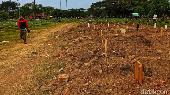 Sejumlah warga datang untuk berziarah di area makam korban COVID-19 di TPU Tegal Alur, Jakarta. Berikut penampakannya.