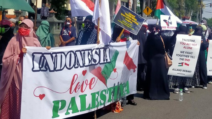 Ratusan Umat Islam Menggelar Aksi Bela Palestina di DPRD Jawa Timur