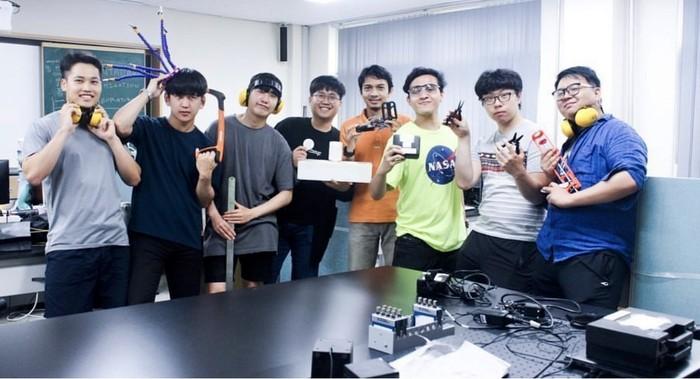 Rayhan Hanif Usamah (ketiga dari ka) bersama-sama dengan kawan kuliahnya di kampus  Kunsan National University, Korea Selatan (dok. pri)