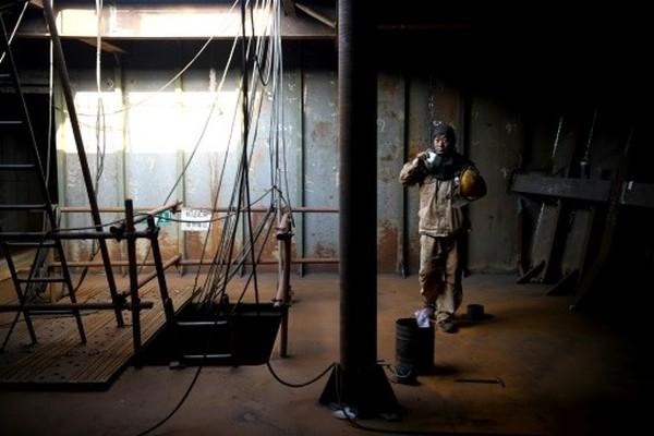 Ada lebih dari seratus pekerja di sana. Uang yang dihabiskan sekitar Rp 22 triliun.(AFP)