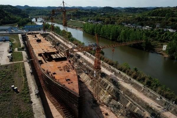 Replika kapal Titanic itu memiliki panjang 260 meter, lengkap dengan replika pelabuhan Southampton, Inggris. (AFP)