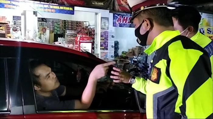 orang pria marah-marah ke petugas yang sedang menyekat kendaraan di pos penyekatan Tugu Ikan Sampora, Kabupaten Kuningan, Jawa Barat.