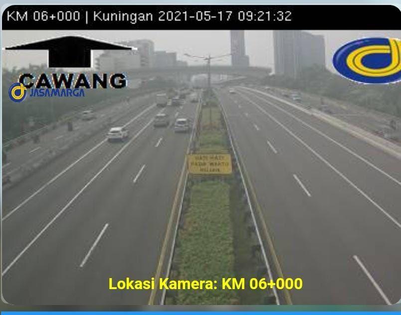 Suasana arus lalu lintas di Tol Dalam Kota, Senin (17/5/2021)