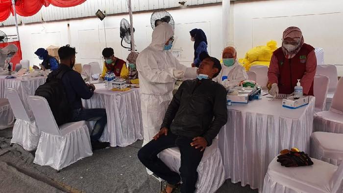 Tes antigen terhadap pemudik di pos perbatasan Kabupaten Bekasi
