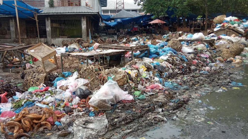 Sampah Menggunung di Pasar Glugur Labuhanbatu Gegara TPA Overload