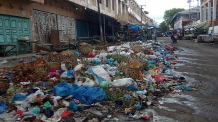 Tumpukan sampah di Pasar Glugur, Rantauprapat, Labuhan Batu, Sumatera Utara.