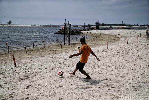 Yang terakhir adalah Pantai Ancol. Melihat suasana pantai dengan deburan ombak membuatmu hilang penat. (Pradita Utama)