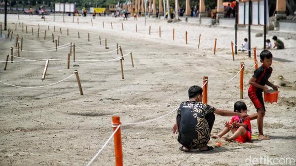 Di kawasan Pantai Ancol telah dipasang pagar pembatas dan larangan untuk mandi di air pantai.