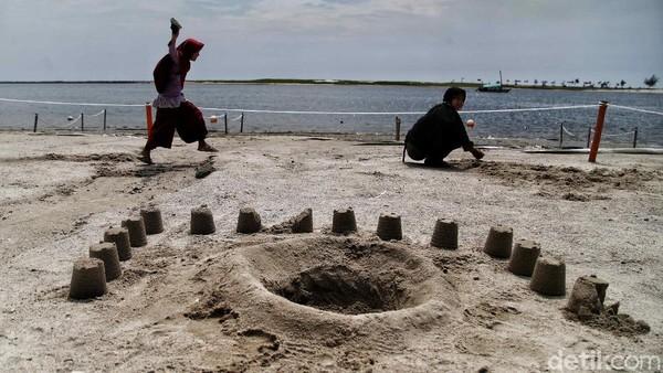 Tetapi jika main di pasir pantai masih boleh.
