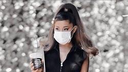 Pose Menggemaskan Ariana Grande saat Ngopi di Kafe