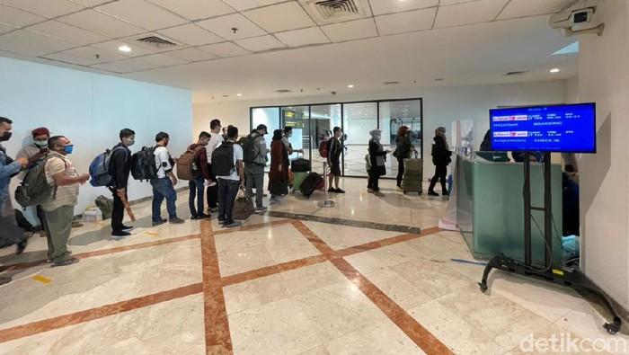 Masa larangan mudik 2021 berakhir. Jumlah penumpang di Bandara Juanda Surabaya tampak mulai kembali normal seperti sebelum mudik dilarang.