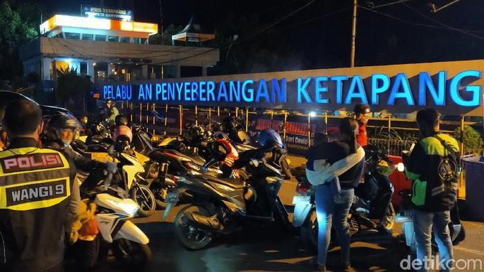 Penumpang di Pelabuhan Ketapang Banyuwangi (Ardian/detikcom)