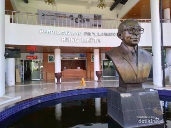 Pintu masuk pustaka yang megah dengan sosok patung Bung Hatta yang gagah berwibawa di Perpustakaan Proklamator Bung Hatta